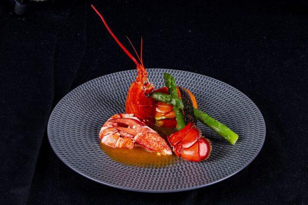 Demi-homard-poche-sauce-bisque-asperges-verte-et-camaieu-de-legumes